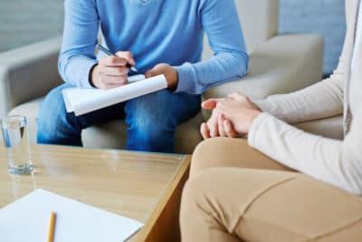 terapeuta robiący notatki na temat współwystępujących zaburzeń pacjenta's co-occurring disorders